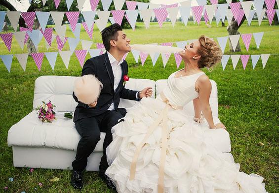 Brautpaar macht lustige Fotos