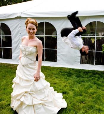 Hochzeitsbilder Sprung vom Bräutigam