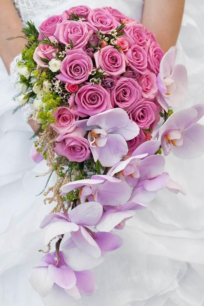Brautstrauß mit Rosen und Orchideen