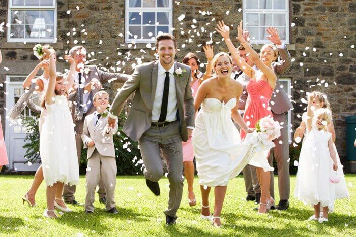 Zur Hochzeit Rosenblätter werfen