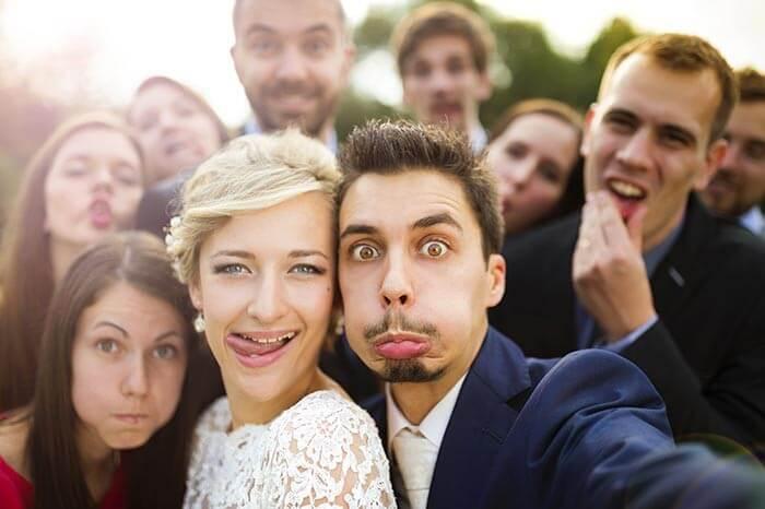 Bei den Hochzeitsfotos Grimassen schneiden