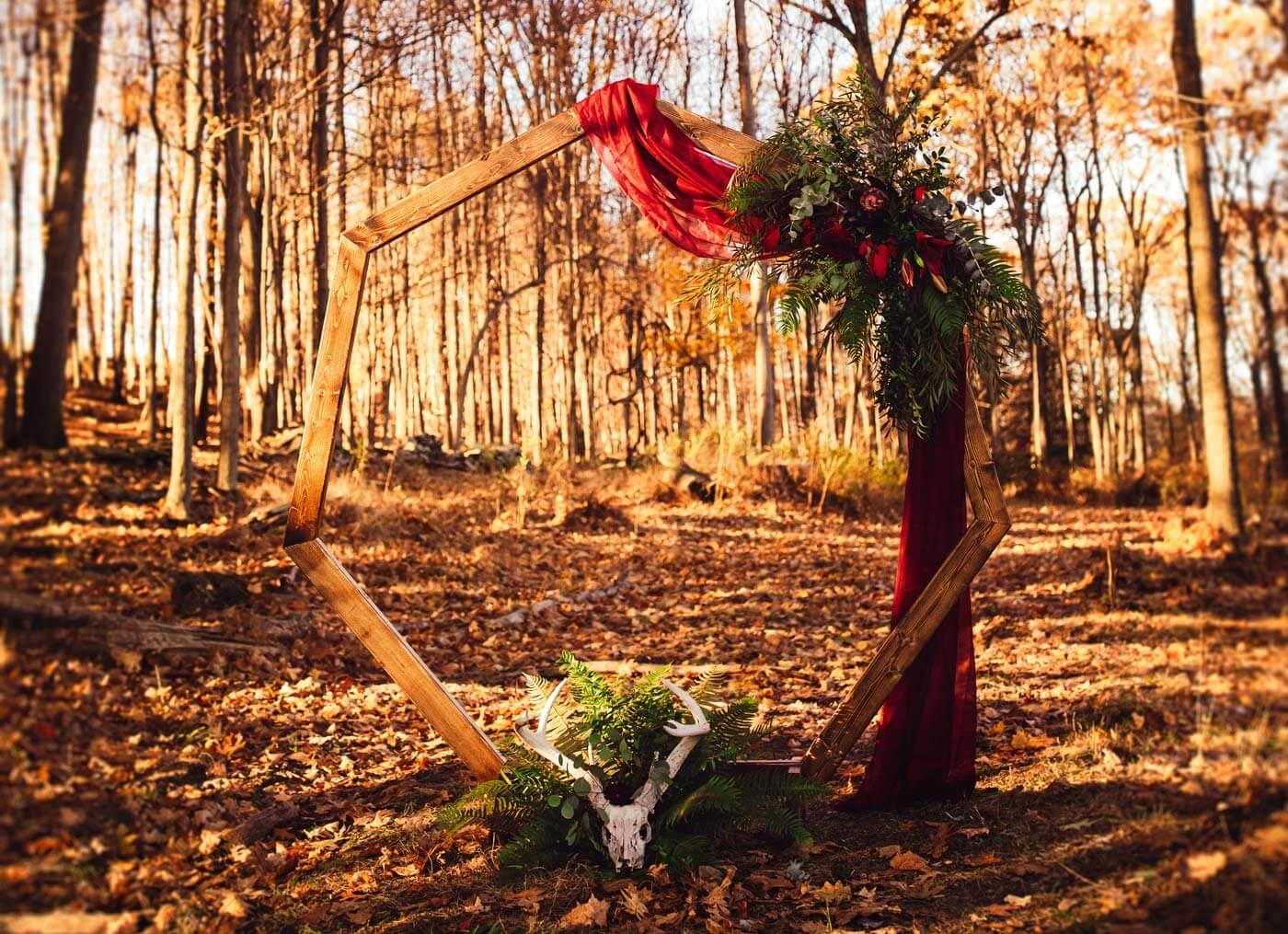 Oktober-Hochzeit mit Traubogen