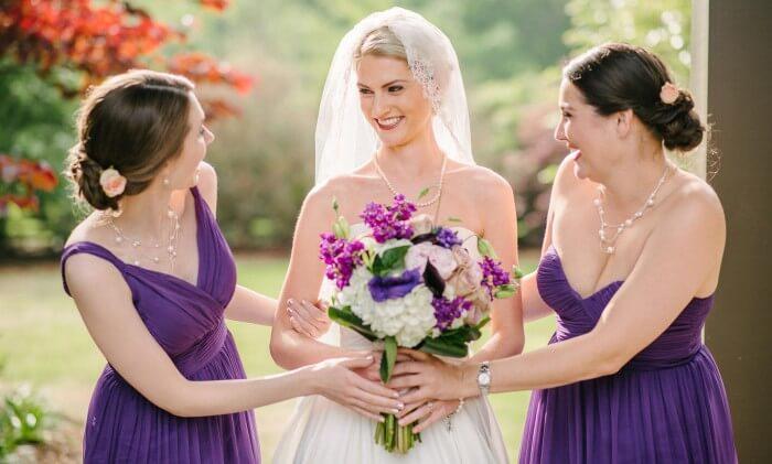 Lila Kleid bei der Hochzeit