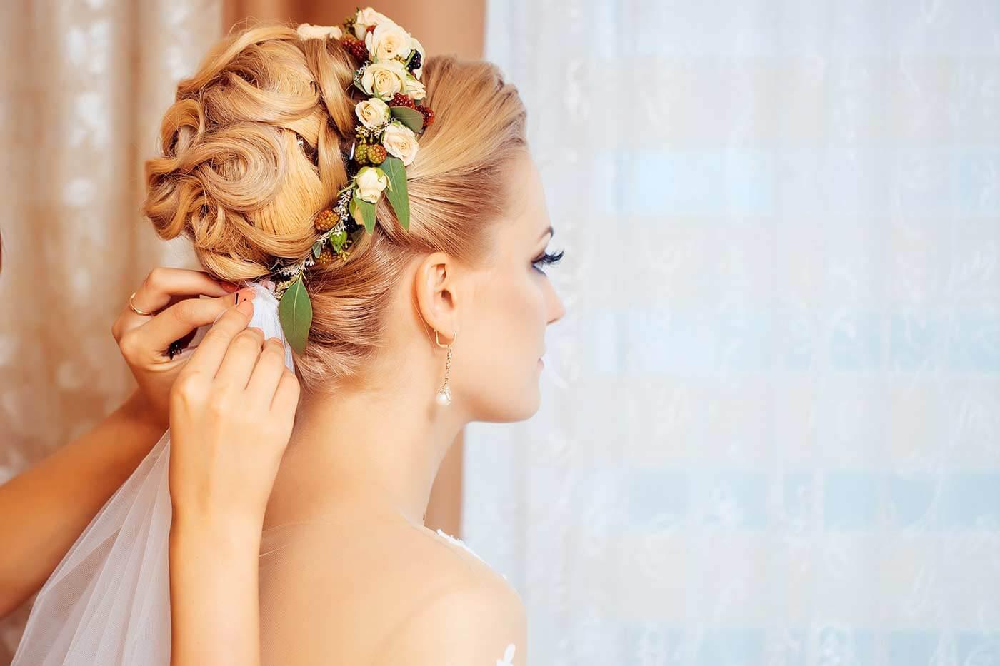 Brautfrisur mit Schleier und Blumen
