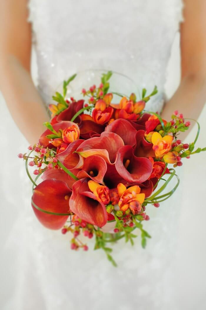 Brautstrauß für den Herbst mit Hagebutten