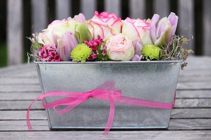 Blumendeko auf Tisch
