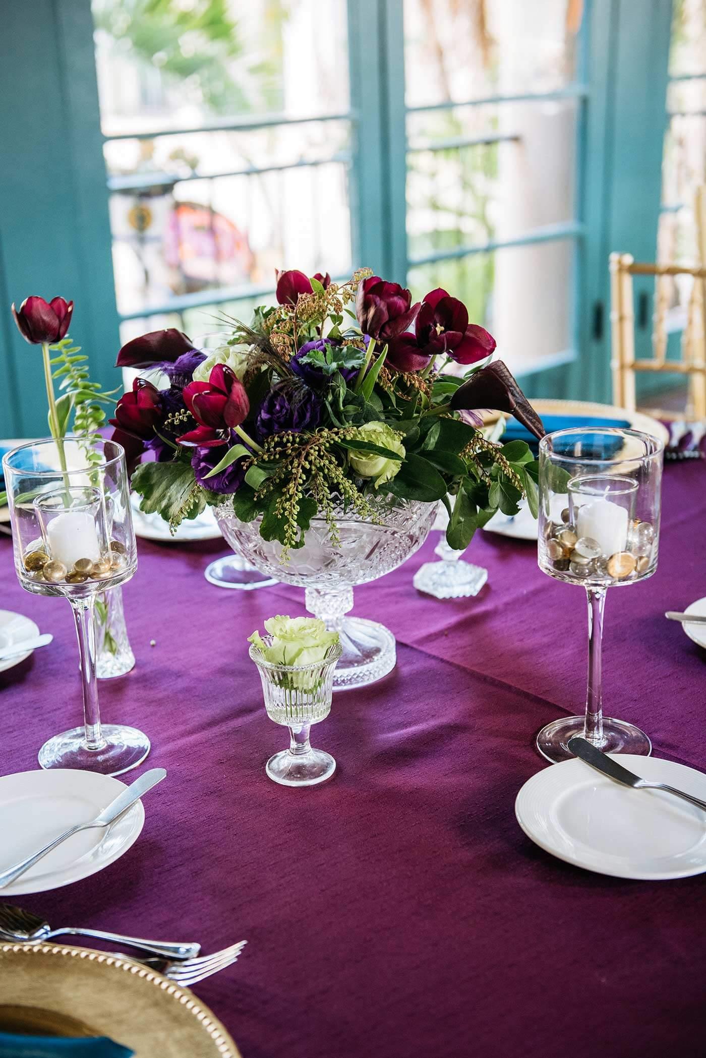 Tischdeko in Lila bei der Hochzeit