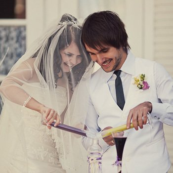 Eine Sandzeremonie bei der Hochzeit in gelb und lila