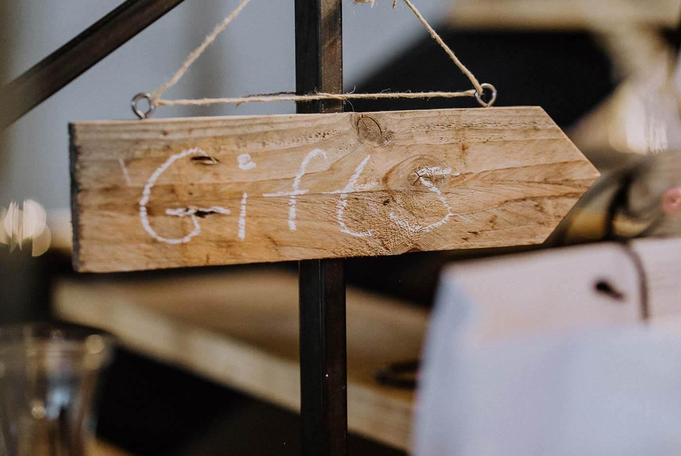 Holzschild Geschenketisch