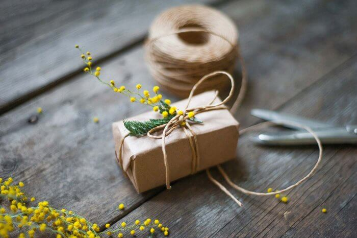 grüne Hochzeit Geschenkverpackung mit Blumen