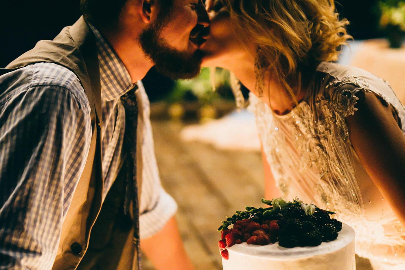 Brauch Hochzeit Schweiz über Torte küssen