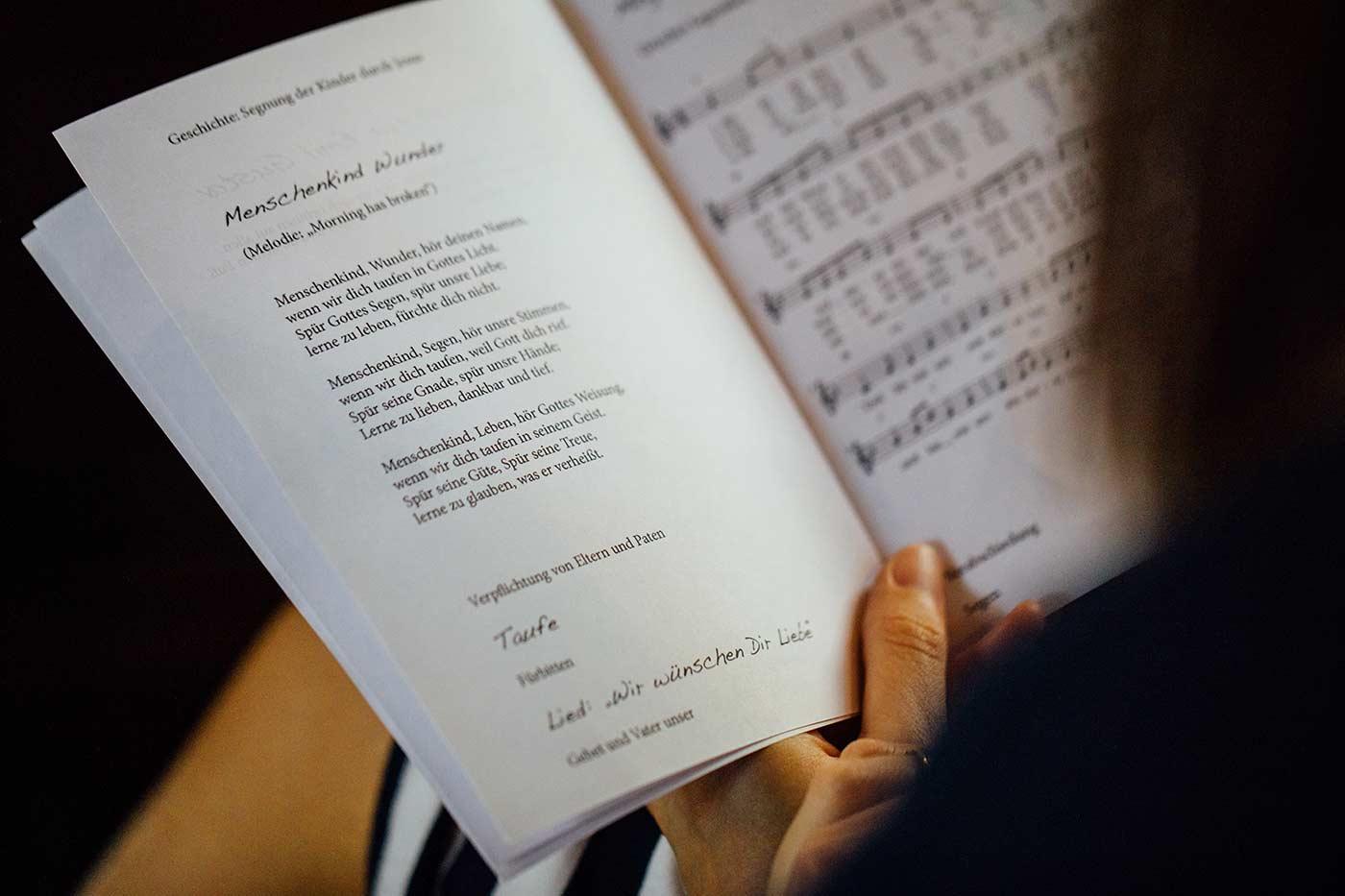 Kirchenlieder zur Hochzeit: Die Top 10 Lieder zum Mitsingen
